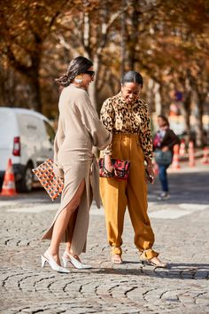Paris Street Style Spring 2020 More from Day 7 – Daily Fashion Street Style Trends, Spring Street Style, Cool Street Fashion, Paris Fashion, Fashion Pictures, Style Pictures, Casual Chic Style, Pullover, Autumn Winter Fashion