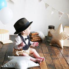 小さなレディ&ジェントルマンへParty Bib ~ この一枚で素敵に変身よそ行き顔に簡単に変身できちゃうビブです。出産祝いやハーフバースデーのお祝い、普段のちょっとしたプレゼントに。もちろん、自分使いもリボンタイの着せ