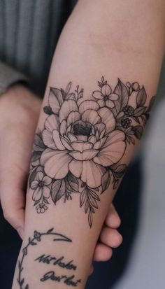 Head Tattoos, Sleeve Tattoos, Tatoos, Back Tattoo Women, Arm Tattoos For Women, Black And White Flower Tattoo, Alphabet Tattoo Designs, Tatuagem Diy, Upper Arm Tattoos