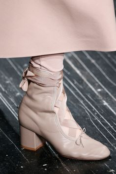 Valentino Fall 2016 Ready-to-Wear Fashion Show Details Valentino Herbst 2016 Konfektionsmodes. Sock Shoes, Shoe Boots, Ballet Boots, Fashion Shoes, Fashion Accessories, Paris Fashion, Fall Fashion, Runway Shoes, Winter Shoes For Women