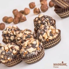 If you're on a diet or you intend to stop abusing sweets, we propose a dessert with fewer calories compared to the original recipe! Ferrero Rocher, Snickers Cake Recipes, Raw Food Recipes, Dessert Recipes, Food Cakes, Chocolate Flavors, Original Recipe, Raw Vegan, Truffles