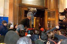 親ロシア派が2都市の行政庁舎を占拠、ウクライナ東部 国際ニュース:AFPBB News   ウクライナ東部ハリキフ(Kharkiv)で、政府庁舎に侵入する親ロシア派のデモ隊(2014年4月6日撮影)。(c)AFP/SERGEY BOBOK