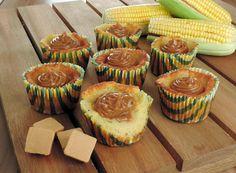 receita de cupcake de fubá cremoso com doce de leite, com recheio aparente, colocado em forminhas de papel coloridas.