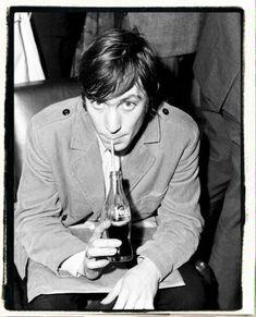 The Rolling Stones are interviewed shortly after arriving at Mascot Airport, January 21 . Vind hoogwaardige nieuwsfoto's in een hoge resolutie op Getty Images Beatles, Rollin Stones, Los Rolling Stones, 60s Rock, Soul Punk, Charlie Watts, Greatest Rock Bands, Classic Rock, Rock N Roll