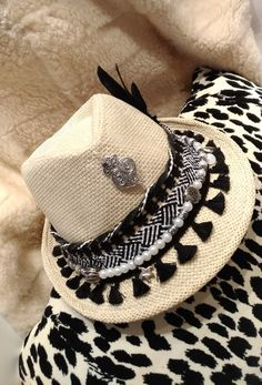 Love the eclectic effect Western Hats, Cowboy Hats, Sombrero Cowboy, Pochette Diy, Boot Jewelry, Boho Hat, Diy Hat, Fancy Hats, Summer Hats