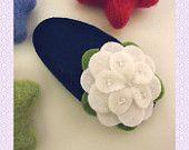 KEINE SLIP Wollfilz Haar clip - Ecru Blütenblatt flower - Marine