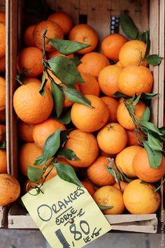 Des oranges à Bastia en Corse... Un air de vacances pour faire le plein de vitamines ! De la couleur, du soleil et de la vie c'est ce que nous inspire cette photo et la Corse ! #vacances #Corse #france