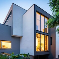 W projekcie Krasickiego 5 zastosowano okna PCV-aluminiowe KF Home Fashion, Multi Story Building, Mansions, House Styles, Home Decor, Decoration Home, Manor Houses, Room Decor, Villas