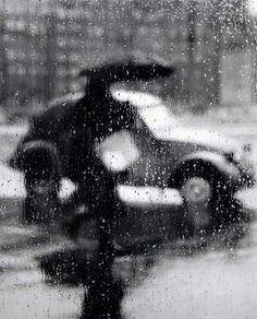Sabine WEISS :: Rain, Paris, 1940's        ... | un regard oblique