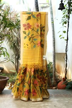 AMBER A CLASSY YELLOW MATKA SILK CALCUTTA DHAKAI SAREE WITH AN INTRICATELY WOVEN MULTICOLOUR FLORAL JAMDANI WEAVE ORGANZA BORDER ON ONE SIDE OF THE SAREE WHICH FLOWS INTO THE PALLU MAKES THIS EVEN ...