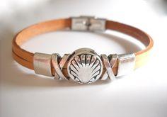 (http://www.spanishdoor.com/camino-de-santiago-pilgrim-scallop-shell-leather-bracelet-light-brown/)