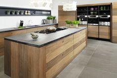 cuisine en bois et plan de travail en marbre et noir