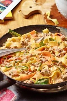 Gemüseschlangen-Bandnudel-Topf This great vegetable snake ribbon noodle pot tastes just delicious! Pasta Recipes, Cooking Recipes, Healthy Recipes, Ribbon Pasta, Law Carb, Mozarella, Clean Eating, Healthy Eating, I Foods