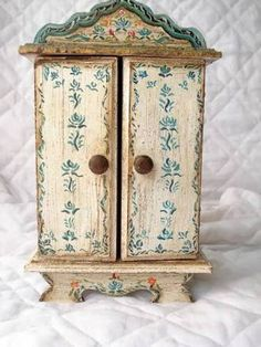 Oratórios - Yahoo Image Search Results Mais Deco Furniture, Painted Furniture, Art Through The Ages, Home Altar, Prayer Box, Altered Boxes, Assemblage Art, Sacred Art, Craft Materials
