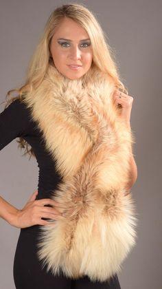 La sciarpa in autentica volpe Arctic fire e' tra le piu' lussuose e pregiate sciarpe in volpe che si possono indossare ed acquistare. Questa sciarpa in volpe e' fatta esclusivamente in Italia dai migliori designer di pellicceria.  www.amifur.it