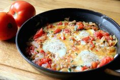 Eggs fried in a tomato vegetable sauce Shakshuka? Fried Egg Recipes, Onion Recipes, Real Food Recipes, Healthy Recipes, Vegetarian Recipes, Healthy Dinners, Weeknight Meals, Yummy Recipes, Free Recipes