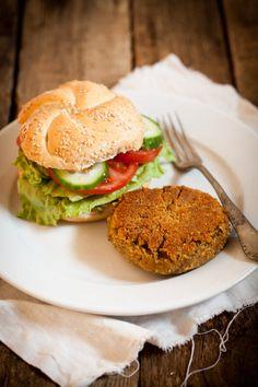 Burger z soczewicy, marchewki i suszonych pomidorow