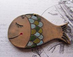 Kapřík Keramická ryba- kapřík ze světlé hlíny, dekor oxidy kovu a částečně glazura. Dírka na zavěšení. Délka 11 cm x 6,5 cm