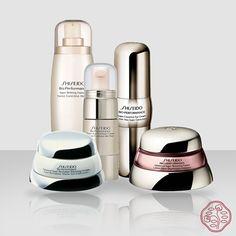 Shiseido Bio-Performance Linha de alta performance para todos os tipos de pele, desenvolvida com a mais avançada Biotecnologia. Combate os primeiros sinais que aparecem na transição da pele jovem para a madura. Combina a vitalidade da natureza e o poder da ciência para deixar a pele iluminada e saudável. Tratamento específico no combate à opacidade, rugas e manchas.