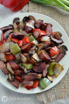 Una mezcla deliciosa de salchicha, champiñones, cebolla y pimientos (morrón). Come en tacos para una discada fácil de salchicha.