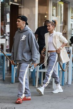 Snap: Justin Bieber and wife Hailey Baldwin wear matching sweats as they grab lunch in Beverly Hills Justin Hailey, Athleisure, Date Night Fashion, Unisex Clothes, Unisex Outfits, Hailey Baldwin Style, Neutral Outfit, Neutral Style, Hoodie Outfit