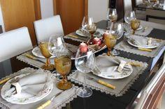 Mesa posta para um almoço ou jantar inspirada no Inverno com tons frios e terrosos.