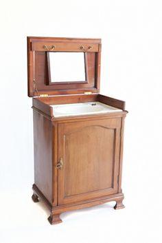 Lavabo con tapa. Incluye espejo, lavabo de porcelana original y tapón. Armario en la parte inferior. Inglaterra primer tercio del siglo XX.