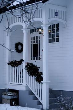 Lilla Villa Vita~ love this porch Front Porch Pergola, Diy Porch, Petits Cottages, Villa, Dream House Exterior, White Cottage, Old Houses, Exterior Design, Beautiful Homes