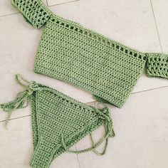 This Pin was discovered by Lul Cute Crochet, Crochet Crafts, Crochet Baby, Crochet Projects, Crochet Top, Crochet Bikini Pattern, Crochet Bikini Top, Swimsuit Pattern, Crochet Shorts