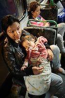 Budapest le 4 et 5 septembre 2015, en prenant le bus pour l'Autriche nous amenant sans un camp de réfugiés à Nickelsdorf à la frontière Austro Hongroise, avec des immigrés Afghans Zabihullah Sharifi 28 ans avec sa femme Bushre 24 ans et leur fille d'une année Behsa, dans des conditions extrêmement difficile au lever du jour sous la pluie les autorités autrichiennes les ont pris en charges avec 2000 migrant venant des pays du moyen orient, tous partis de la gare de Keleti de Budapest. ©… Bus, Afghans, Budapest, Couple Photos, Couples, 28 Years Old, Middle East, In The Rain, Austria