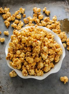 Caramel corn that is made in the microwave, but tastes like something you could buy from a state fair. This stuff if gold. Made with only 5 ingredients and in less than 10 minutes! Microwave Caramel Corn, Caramel Corn Recipes, Microwave Caramels, Popcorn Recipes, Candy Recipes, Microwave Meals, Easy Caramel Popcorn, Bacon Popcorn, Microwave Desserts