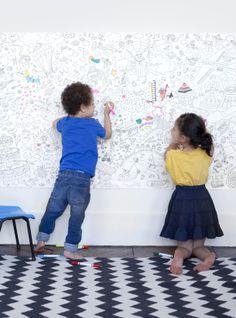 Un support très grand format qui permet de réunir 6 élèves sur un même projet ? C'est ce qui est proposé avec ce rouleau de #coloriage qui permet de réaliser une œuvre collective et coopérative de grand format. Plusieurs médiums peuvent être utilisés (#crayons de couleurs, feutres fins, #encre avec coton tige, #collage…).