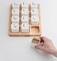 Nos encanta el café y recopilando tazas curiosas, encontramos este juego de tazas que simula el teclado numérico de un ordenador, nos gusta!!      www.estudiolacafeteria.com