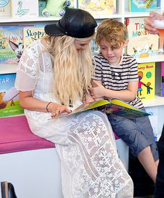 Ashlee Simpson reads to son Bronx while wearing a whole bunch o' filet crochet (September 2014)