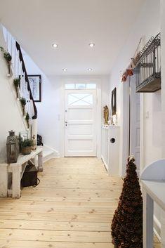 Buona sera…  Vi lascio le immagini della splendida casa di Tina, in Danimarca, decorata per il Natale…                       ...