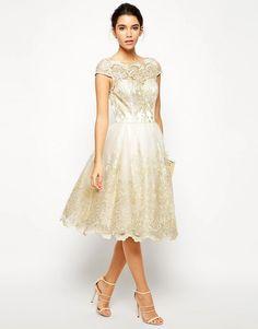 Image 4 - Chi Chi London - Robe de bal de fin d'année mi-longue en dentelle métallisée de qualité supérieure et encolure style Bardot