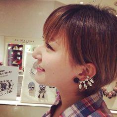 YAGAちゃんに愛に大阪伊勢丹へきたよ:)この新作ピアスを違うデザインで両耳分買ったの♥︎♥︎♥︎ミミにビジューが沿うのだ。デザイナー本人もSHOPにいますよ…