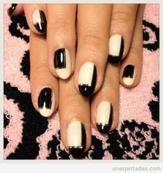 Diseño de uñas en blanco, negro, y dorado estilo minimalista