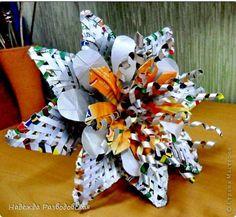 Если у вас нет соломки для плетения, ее можно заменить полосками, вырезанными из упаковок от сока и сделать вот такие цветы.  фото 25