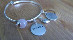 Aro de plata de ley con 2 chapitas personalizadas, corazon y cuarzo rosa.