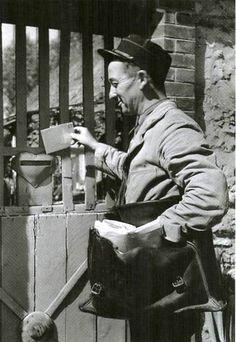 The Postman 1950 // photo by Robert Doisneau Henri Cartier Bresson, Robert Doisneau, Man Ray, Vintage Photography, Street Photography, French Photographers, Black And White Pictures, Belle Photo, Black And White Photography