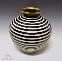 Vase by Nora Gulbrandsen for Porsgrund Porselen. In production from Model nr 2090 Nordic Design, Scandinavian Design, Ceramic Artists, Modern Classic, Retro Vintage, Functionalism, Furniture Design, Porcelain, Ceramics