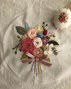 #프랑스자수 #일산프랑스자수 #프랑스자수mimi #자수소품 #일산프랑스자수공방 #스티링파우치 #Embroidery#stitch#needlework #pouch #빈티지느낌장미스트링파우치 #많은사랑을 주셔서 감사해요^^~😊… Embroidery Tools, Floral Embroidery Patterns, Creative Embroidery, Crewel Embroidery, Vintage Embroidery, Ribbon Embroidery, Embroidered Flowers, Brazilian Embroidery, Crochet Flowers