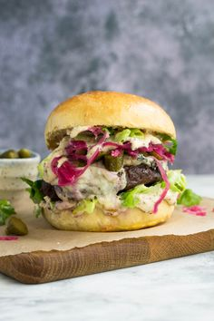 A great idea to randomly brighten up the middle of the week! The details of this beauty: homemade bread, Irish Wagyu burger, pickled cucumbers, salad leaves, fermented red cabbage, Irish goat's milk blue cheese, and a tahini/mustard sauce. Definitely a great combination for a special meal! Would you like to learn how to make this fluffy homemade burger buns? Check out this link and leave a comment on my Instagram page! #amatterofnourishment #homemadebread #fromscratch #colorfulmeals #lunch Homemade Burger Buns, Pickling Cucumbers, Tasty, Yummy Food, Red Cabbage, Blue Cheese, Goat Milk, Tahini