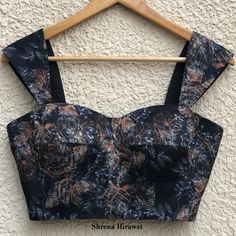 Black Blouse Designs, Saree Blouse Neck Designs, Simple Blouse Designs, Stylish Blouse Design, Floral Blouse, Floral Skirt Outfits, Floral Bustier, Designer Blouse Patterns, Latest Blouse Patterns