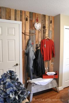 Un mur garde-robe avec une panoplie de crochet et de cintres. Bonne idée pour les petits espaces