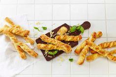 Disse dekorative brødene smaker nydelig av friske urter og ost. De gjør seg godt på koldtbordet, men er også deilige ved siden av en frisk salat eller varm ...
