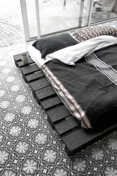 another great pallet bed example. the floor really helps though.