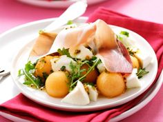 An easy melon salad recipe, served with mozzarella and ham: a refreshing summer salad perfect for a brunch or a light lunch. Salad Recipes For Dinner, Gluten Free Recipes For Dinner, Healthy Recipes, Easy Recipes, Mozzarella, Vinaigrette, Cantaloupe Salad, Posh Nosh, Barbecue Side Dishes