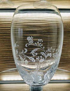 Ručne gravírovaná váza s rastlinným motívom. kvalitné české sklo Bohemia crystal. V prípade záujmu Vám rada dogravírujem venovanie.... Glass Engraving, Wine Glass, Tableware, Handmade, Home Decor, Bohemia, Dinnerware, Hand Made, Decoration Home
